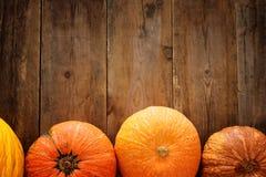 Calabazas en fondo de madera acción de gracias y concepto de Halloween Visión superior Fotos de archivo