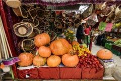 Calabazas en la exhibición en mercado suramericano Fotos de archivo