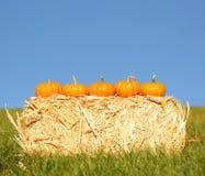 Calabazas en Straw Bale outdoor Imagen de archivo