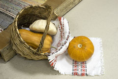 Calabazas en una cesta con una toalla ligera imagen de archivo libre de regalías