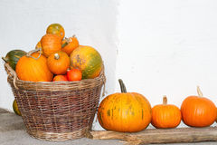 Calabazas en una cesta de mimbre Decoración del otoño Al aire libre imagen Fotos de archivo