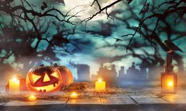 Calabazas fantasmagóricas de Halloween en tablones de madera Fotografía de archivo libre de regalías