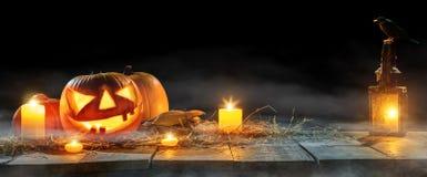Calabazas fantasmagóricas de Halloween en tablones de madera Imágenes de archivo libres de regalías