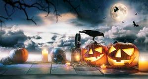 Calabazas fantasmagóricas de Halloween en tablones de madera Imagen de archivo libre de regalías