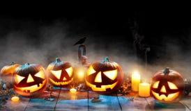 Calabazas fantasmagóricas de Halloween en tablones de madera Imagenes de archivo