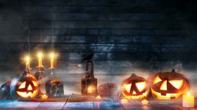 Calabazas fantasmagóricas de Halloween en tablones de madera Fotos de archivo libres de regalías