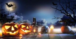 Calabazas fantasmagóricas de Halloween en tablones de madera Foto de archivo