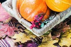 Calabazas para Halloween en una cesta en una tabla de madera Imagenes de archivo