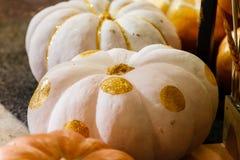 Calabazas pintadas hermosas del blanco y del color oro el Halloween Imagenes de archivo