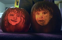 Calabazas talladas con las caras del ` s de los niños Foto de archivo