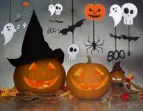 Calabazas talladas en sombrero de la bruja y la guirnalda de Halloween Imagen de archivo