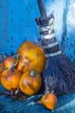 Calabazas y escoba de otoño Fotos de archivo