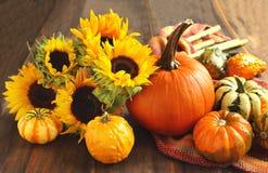 Calabazas y girasoles de otoño Imagenes de archivo