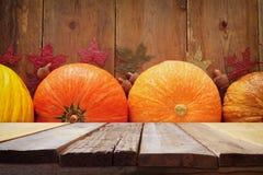 Calabazas y hojas de otoño en fondo de madera acción de gracias y concepto de Halloween Imagen de archivo libre de regalías