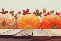 Calabazas y hojas de otoño en fondo de madera acción de gracias y concepto de Halloween Foto de archivo libre de regalías