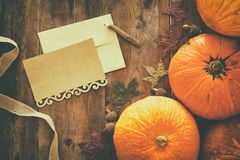 Calabazas y hojas de otoño en fondo de madera acción de gracias y concepto de Halloween Visión superior Imágenes de archivo libres de regalías