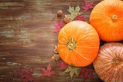 Calabazas y hojas de otoño en fondo de madera acción de gracias y concepto de Halloween Visión superior Foto de archivo libre de regalías