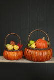 Calabazas y manzanas en tema de la cesta, de la caída o de la acción de gracias Fotografía de archivo