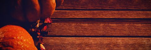 Calabazas y pétalos en la tabla de madera Fotos de archivo