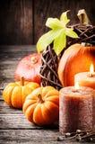 Calabazas y velas de la aún-vida del otoño Fotografía de archivo