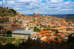 Calaceite dalla collina nel giorno soleggiato Teruel, Spagna Fotografia Stock Libera da Diritti