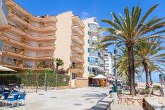 Calafell-beliebtes Erholungsort am sonnigen Sommertag, Spanien Stockbild