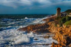 Calafuria, Livorno - Italia Torre antica durante la tempesta in Tusc Fotografia Stock