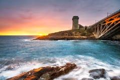 Calafuria-Turmmarkstein auf Klippenfelsen, aurelia Brücke und Meer O Lizenzfreies Stockfoto
