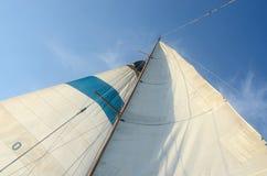Calage debout et fonctionnant de vieux bateau - grande voile, staysaill, mât Image stock
