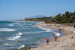 CALAHONDA, ANDALUCIA/SPAIN - 7月2日:享用海滩的人们 免版税图库摄影