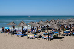 CALAHONDA, ANDALUCIA/SPAIN - 7月2日:享用海滩的人们 免版税库存图片