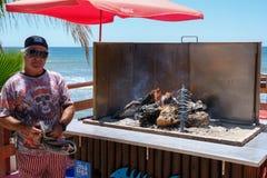 CALAHONDA, ANDALUCIA/SPAIN - 7月2日:烹调在Th的人沙丁鱼 免版税库存图片