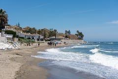 CALAHONDA, ANDALUCIA/SPAIN - 5月22日:走沿B的人们 免版税库存照片