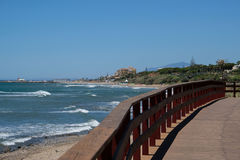 CALAHONDA ANDALUCIA/SPAIN - JULI 2: Strandpromenad på Calahonda bindsallat Arkivbild