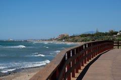 CALAHONDA, ANDALUCIA/SPAIN - LIPIEC 2: Boardwalk przy Calahonda Cos fotografia stock
