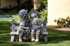 CALAHONDA, ANDALUCIA/SPAIN - MAJ 27: Statua chłopiec wewnątrz dziewczyna i Obrazy Stock