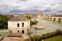 Calahorra-Turm und die römische Brücke Cordova spanien stockfotografie