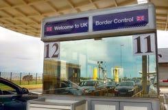 Calais, Γαλλία - 12 Αυγούστου 2018: Τα αυτοκίνητα απεικόνισαν στο παράθυρο ενός σημείου ελέγχου βρετανικού συνοριακού ελέγχου, κα στοκ εικόνα με δικαίωμα ελεύθερης χρήσης