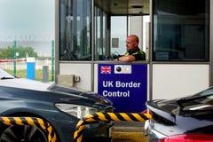 Calais, Francia - 12 de agosto de 2018: Miembro de la policía BRITÁNICA de la fuerza de la frontera que comprueba los coches como imagenes de archivo