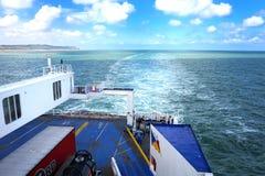 CALAIS, FRANKRIJK, 10 AUGUSTUS 2016: Het kielzog en de achtersteven van de P&O-veerboot van het Veerboten dwarskanaal aan Frankri Stock Fotografie