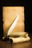 Calamaio con una penna ottica, rotoli del papiro sui precedenti di vecchia carta sviluppati Fotografia Stock Libera da Diritti