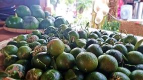 Calamansi (kalamansi) małe cytrus owoc z guava tłem zdjęcia royalty free
