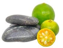 Calamansi, limefrukt och Zen Stones I Arkivfoto
