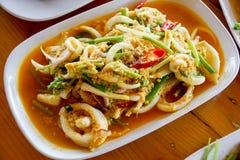 Calamar ateado fogo com ovo salgado (alimento tailandês) Imagens de Stock Royalty Free
