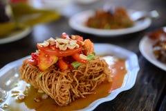 Calamar cortado secado frito con la salsa y el tomate en la placa blanca imagen de archivo libre de regalías