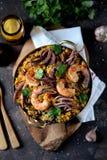 Calamar do marisco, camarão, mexilhões com arroz, ervilhas verdes, pimento, açafrão, gengibre e coentro Fotos de Stock Royalty Free