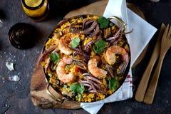 Calamar do marisco, camarão, mexilhões com arroz, ervilhas verdes, pimento, açafrão, gengibre e coentro Foto de Stock Royalty Free