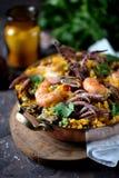 Calamar do marisco, camarão, mexilhões com arroz, ervilhas verdes, pimento, açafrão, gengibre e coentro Imagens de Stock