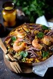 Calamar do marisco, camarão, mexilhões com arroz, ervilhas verdes, pimento, açafrão, gengibre e coentro Imagem de Stock Royalty Free
