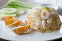 Calamar fritado Stir com yolk de ovo salgado foto de stock